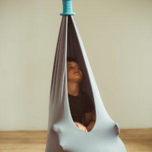 dziecko w pufie sensorycznym Hollow bag