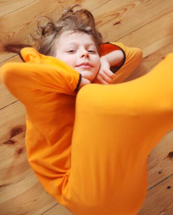 Chłopczyk w worku sensorycznym dla dziecka